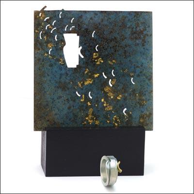 Claire WOLFSTIRN Tableau en laiton patiné à l'acide et application de feuille d'or. Bague en argent et or - 2