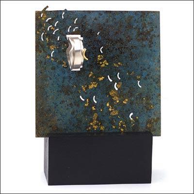 Claire WOLFSTIRN - Tableau en laiton patiné à l'acide et application de feuille d'or. Bague en argent et or