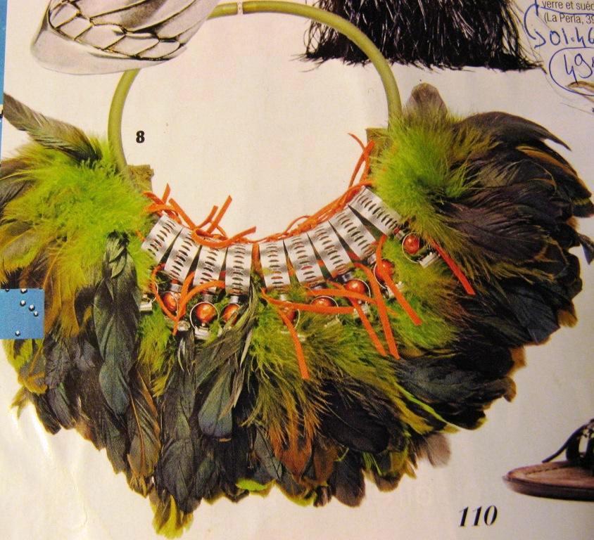 FIFI LA FERRAILLE- été 2008- collier en plumes de coq, pvc,