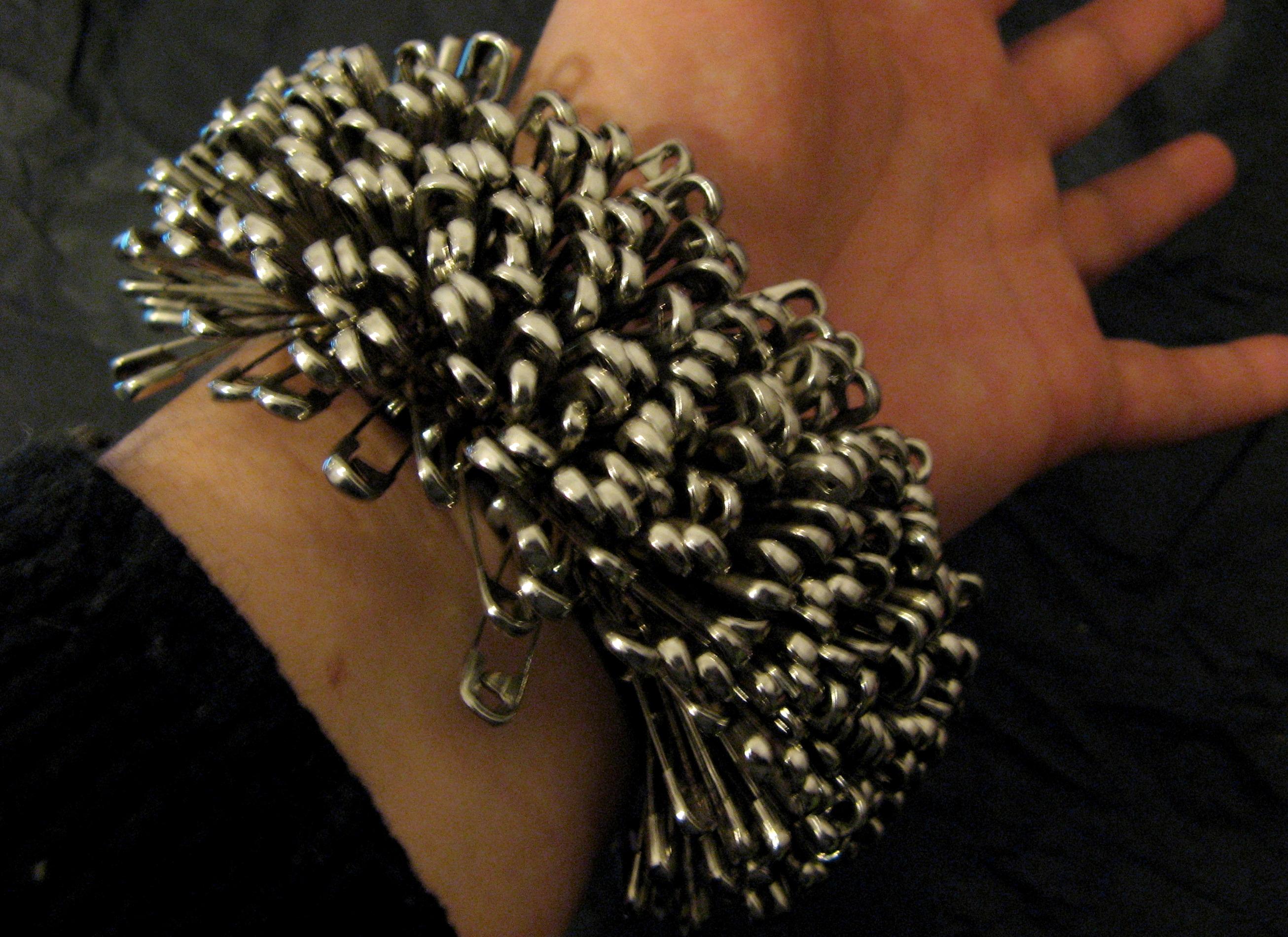 Marie-Lise GOËLO - bracelet 'hérisson'- épingles à nourrice