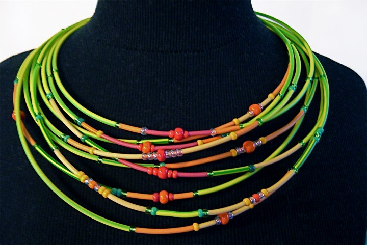 CARACTERE- collier 'courts-circuits' matériel détourné, fils électriques & perles