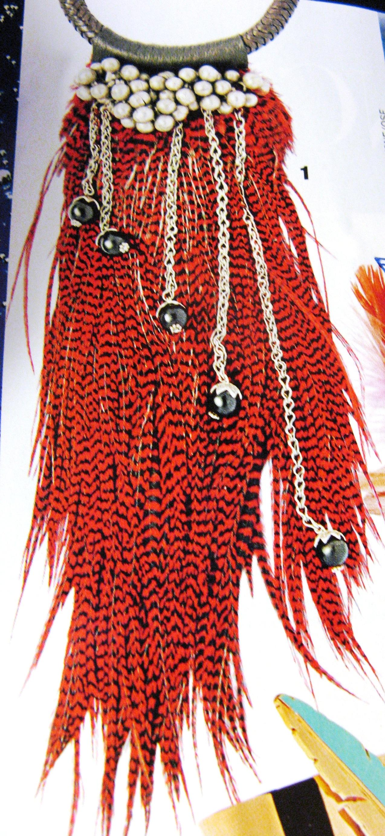 COLLIERS d'AILLEURS- Annie Mesplet- été 2008- lien cuir Touareg, plumes