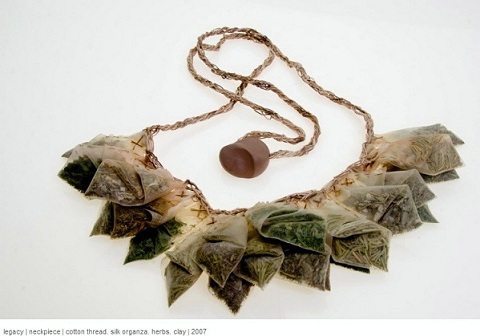 Andi Velgos necklace - sachets d'herbes organza & soie
