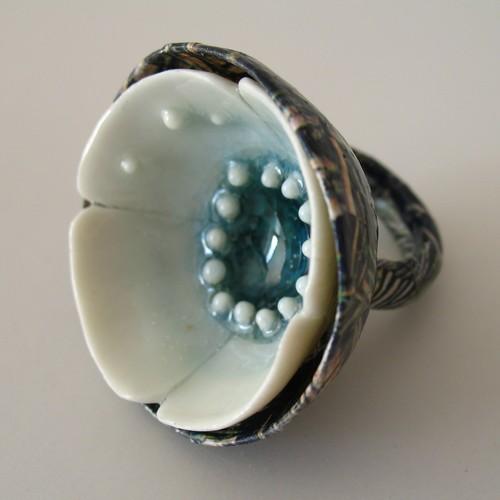 Anne Perbet -fleur bleue - papier, porcelaine, verre