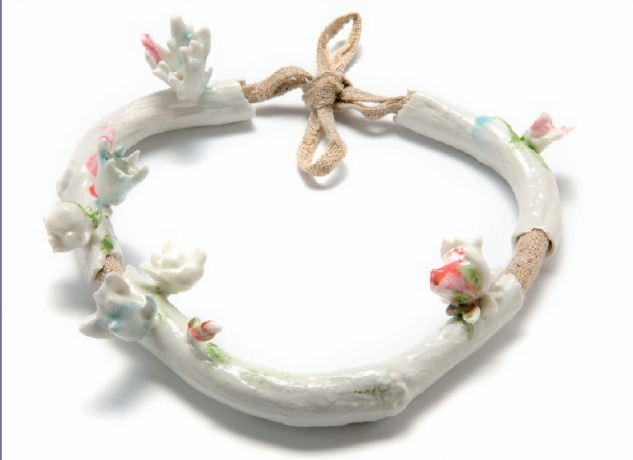 Evert Nijland - collier 'Rococo' porcelaine, lin