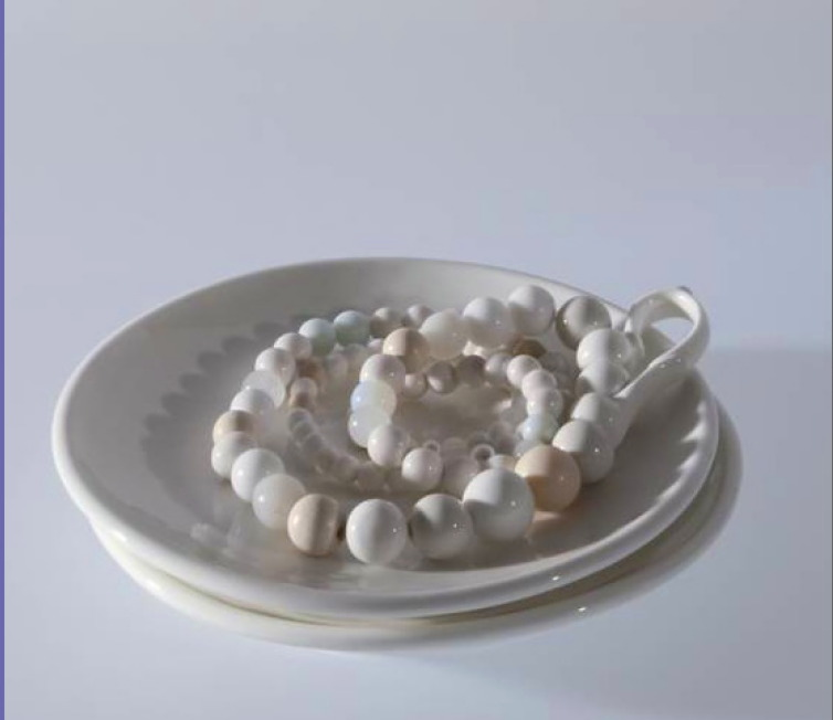 Manon van Kouswijk- 'Pearl Grey' soucoupe & collier - porcelaine, perles, verre, plastique