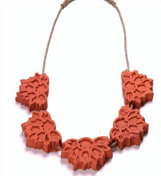 EXPO Bernardaud - willemijn de Greef collier de la série 'Zuiderzeewerkn II' - céramique, corde de chanvre